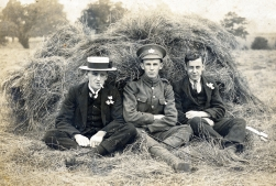 F028 Unnamed soldier Gloucestershire Regiment, and pals