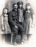 F127 Unnamed soldier, and daughters, Barrett's Studios, Bournemouth.