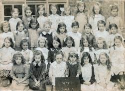 F063 School girls, Worthing, 1917