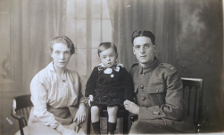F155 Unnamed soldier and family, Glasgow studio. Courtesy of Paul Hughes.