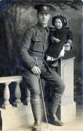 F116 Unnamed soldier, Herefordshire Regiment, and daughter