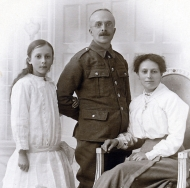 F43 Unnamed soldier, wife and daughter, Blackpool studio