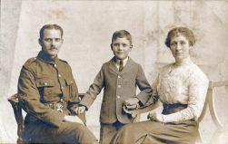 F171 Unnamed soldier and family, Whitfield Cosser Studio, Colchester and Ispwich.