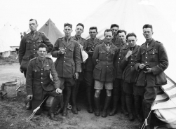 G490 King's Liverpool Regiment group. Courtesy of AngelJCake.