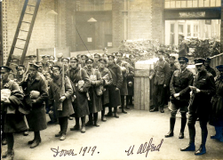 U120 Various units returning, Dover, 1919, Lt Alfred Farnan, 2nd Battalion, King's Royal Rifle Corps, standing right. Courtesy of Barry Spears.