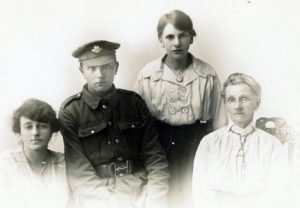 F218 Unnamed soldier, Worcestershire Regiment, and ladies W